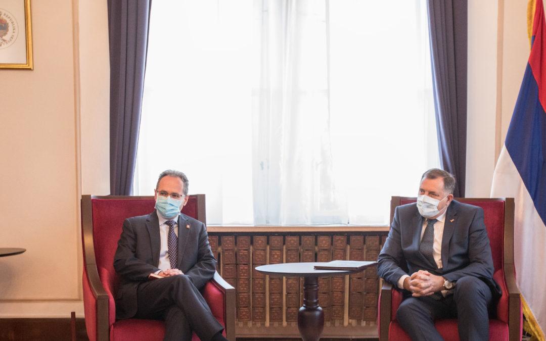Предсједавајући и српски члан Предсједништва БиХ Милорад Додик примио је данас у Сарајеву у наступну посјету амбасадора Швајцарске Данијела Хуна, захваливши му за досадашњи коректан приступ ове земље према БиХ