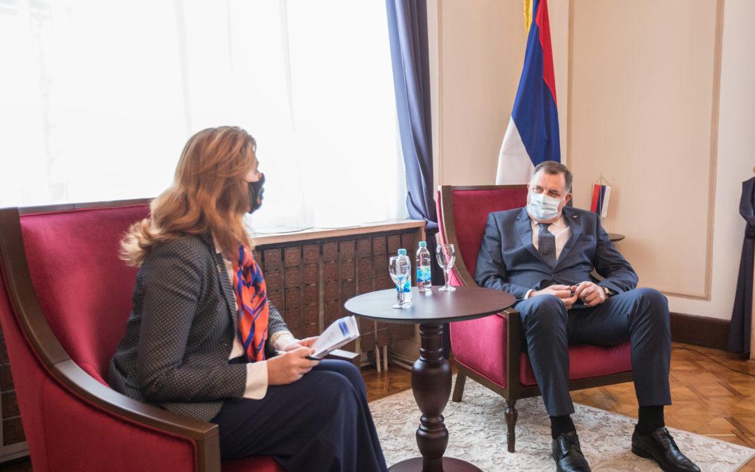 Предсједавајући и српски члан Предсједништва БиХ Милорад Додик, на састанку са резидентном координаторком УН-а у БиХ Ингрид Мекдоналд, нагласио је да је епидемиолошка ситуација у БиХ компликована и да су тренутно максимално фокусирани на набавку вакцина